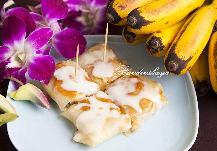 Тайские блинчики ------------------------ мука — 450 гр. зеленый чай – ½ стакана молоко – ¼ стакана соль- 1 щепотка сахарный песок – 1 ст.л. мед жидкий – 1 ч.л. пальмовое масло – 7 ст.л. + 3 ст.л. для смазывания растительное масло — для жарки бананы тайские (маленькие) -18 шт. сгущенное молоко – для подачи