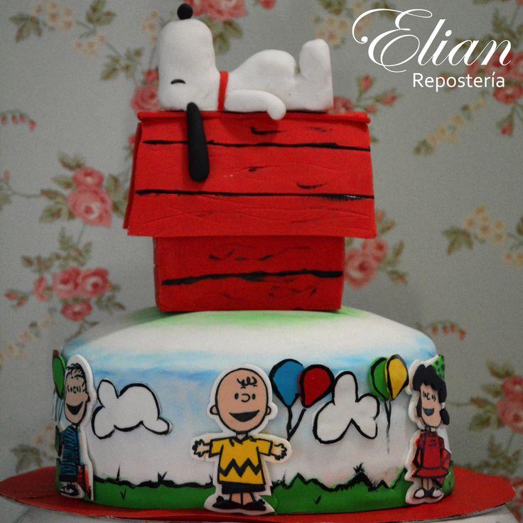Pastel de Peanuts con Snoopy, diseño colorido con los