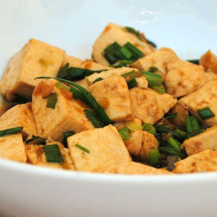 Тофу с луком, имбирём и кунжутом