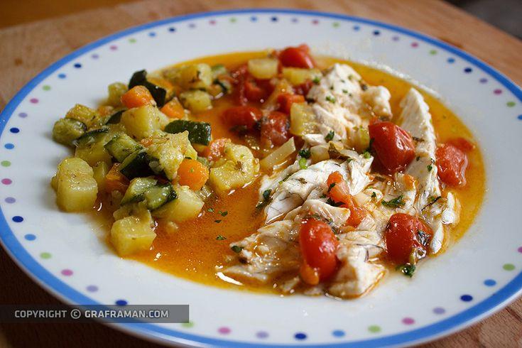 La spigola all'acqua pazza è una delle ricette più apprezzate della cucina italiana perché caratterizzata dai sapori mediterranei e da un'estrema semplicità nella preparazione. Un'avvertenza: la freschezza del pesce è elemento fondamentale della ricetta, proprio per la sua semplicità!