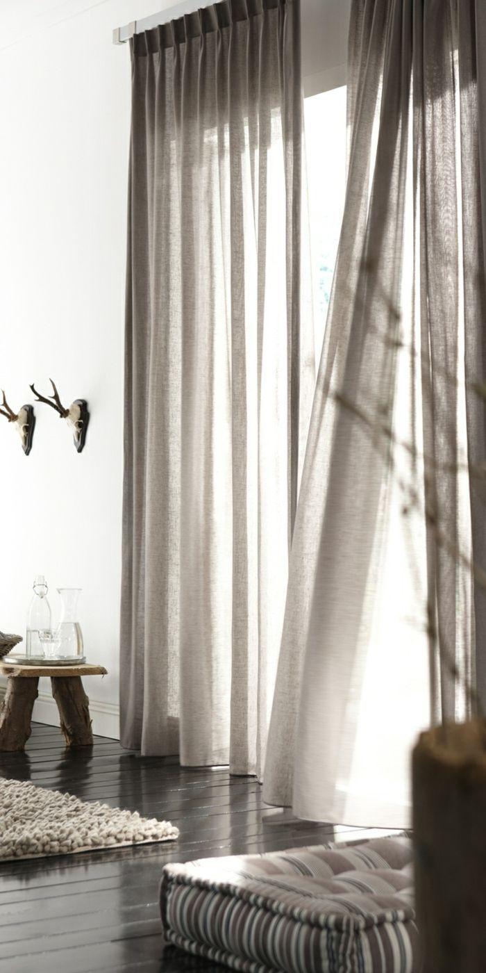 elegantes-Wohnzimmer-Interieur-rustikale-Elemente-moderne-gardinen