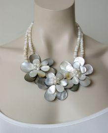 Een prachtige stijlvolle bloemen statement halsketting van schelpen.