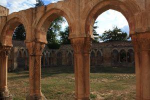 Arcos de San Juan de Duero, restos del Monasterio fundado en el siglo XII por monjes Hospitalarios. Un entorno idílico que inspiró a Gustavo Adolfo Béquer a la hora de escribir uno de sus más conocidos relatos: la leyenda de El Monte de las Ánimas.