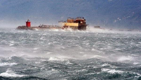 L'Antica Diga in mezzo al mare in tempesta per Bora