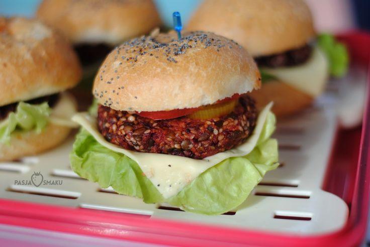 Mini burgery buraczano-jaglane  Składniki /ok. 17 burgerów/:      2 surowe buraki     1,5 szklanki ugotowanej kaszy jaglanej     1 szklanka uprażonych nasion słonecznika     1/2 szklanki uprażonych nasion sezamu     1 posiekana cebula     1/2 szklanki bułki tartej     1/4 szklanki oleju     3-4 łyżki mąki pełnoziarnistej     3 łyżki posiekanej natki pietruszki     4 posiekane ząbki czosnku     3/4 łyżeczki pieprzu cayenne     2-3 łyżki sosu sojowego     sól do smaku