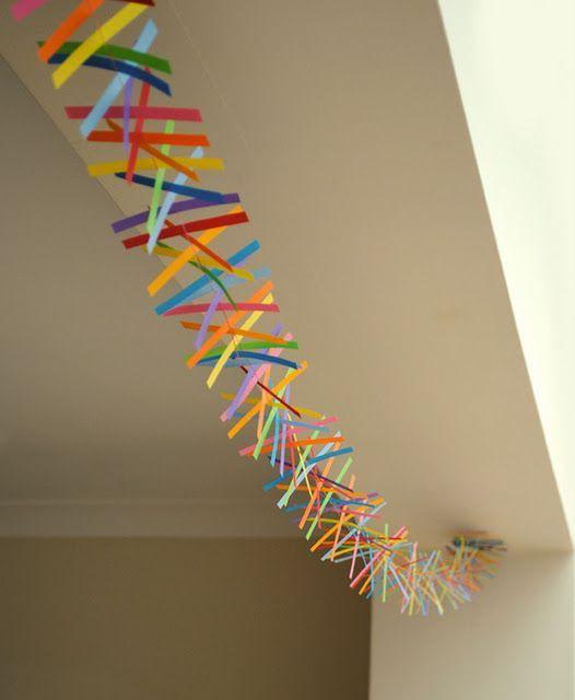 Ha viszont nem lesz otthoni farsangi buli, de mégis elkapott a láz és valami egyszerű, vidám dologra vágysz, akkor színes papírcsíkokból, ilyen egyszerű, ötletes dekorációt készíthetsz.