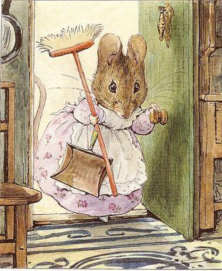 """"""" Et depuis, chaque matin, de bonne heure, lorsque tout le monde dort encore, Hunca Munca vient avec sa pelle et son balai faire le ménage. """" ~ Deux vilaines souris"""