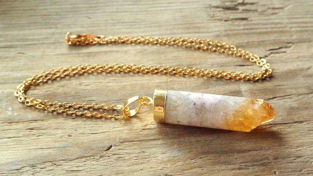 Naturalny cytryn w kształcie walca zawieszony na delikatnym łańcuszku. Cytryn to kamień bogactwa, wzmacnia optymizm, pewność siebie, radość i kreatywność.