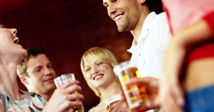 Cómo quitar el alcohol y la cerveza de tu sistema. Hay varios factores que afectan la cantidad de tiempo que necesita una unidad de alcohol y cerveza en dejar el organismo de la persona. Estos incluyen la edad, el peso, la cantidad de alimentos en el sistema y la potencia de las bebidas alcohólicas consumidas. Una simple unidad de cerveza no es lo mismo que media pinta (1/2 litro) y generalmente ...