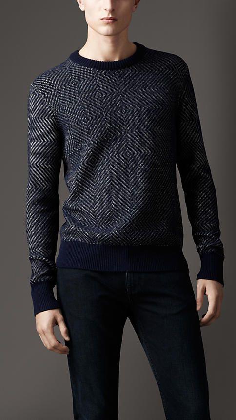 Edler dunkelblauer Pullover mit Fischgrätmuster aus Baumwolle und Kaschmir ($ 1050,00).   Burberry