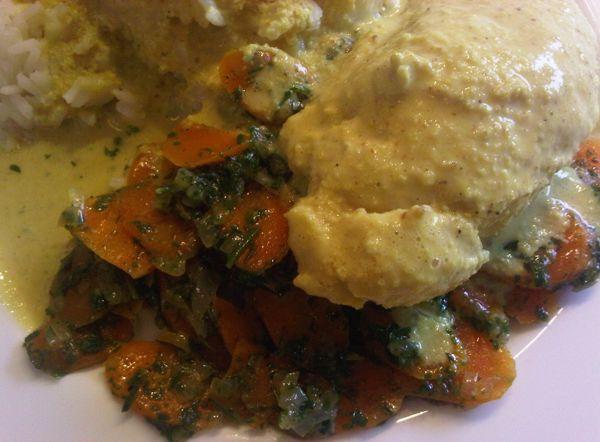 Hühnchenbrust in Mandel-Currysoße pochiert mit Vichy-Karotten