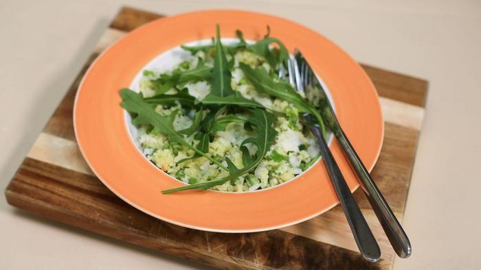 Wat zullen we eens eten vanavond? Iedere dag in de Volkskrant een verrassend recept. 'Risotto' van couscous met bloemkool en erwtjes. Hoofdgerecht voo