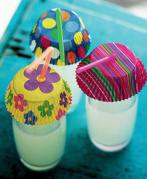 Copo de refresco não é piscina, embora alguns insetos insistam em dar seus mergulhos na bebida alheia. Uma boa saída é cobrir os drinques com fôrmas de papel para cupcake, com um furo para o canudo. Se forem coloridas, o improviso vira um charme só (drink, drinque, bebida)