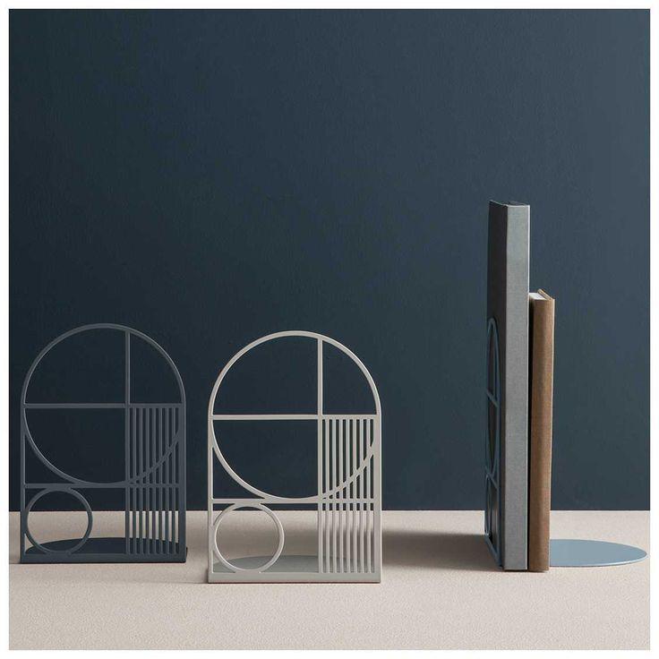 De #FermLiving #Outline Boekensteun is een mooi ontwerp binnen de veelzijdige collectie van Ferm Living. De door het '#Bauhaus' geïnspireerde boekensteun is niet alleen functioneel maar zal met zijn #geometrische vormen tevens een mooie aanvulling zijn binnen uw interieur.