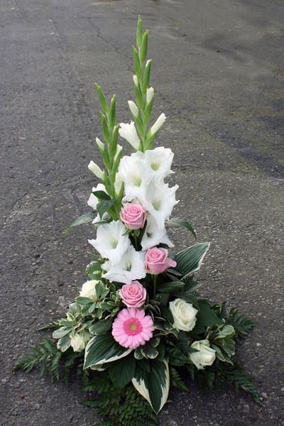 http://holmsundsblommor.blogspot.se/2013/09/i-vitt-och-rosa.html Sorgdekoration med vit gladiolus, rosa rosor Heaven, vita rosor och rosa germini.