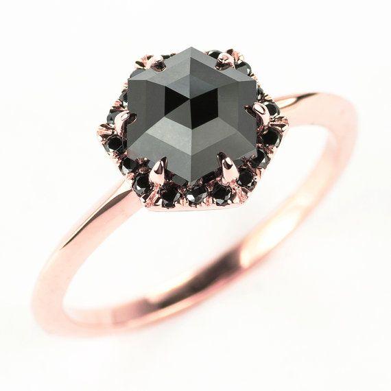 Bague de fiançailles diamant noir 14k or Rose  L'anneau dispose d'une forme belle hexagone unique, qualité supérieure rose diamant taillé. Le diamant noir est un diamant noir certifié.  Le diamant de l'hexagone se trouve dans un hexagone en forme de cadre de halo, détenu avec des dents en 6. Le réglage de halo contient des diamants noirs qui complète la rose diamant noir. Tous les diamants utilisés sont sans conflit.  * Certificat dauthenticité incluse avec lachat de diamants.  Détails de…