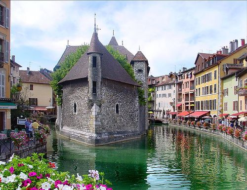 Annecy, France is supposed to be one of the most beautiful places to visit. Nous devons aller là mon amour. Sur notre liste de seau