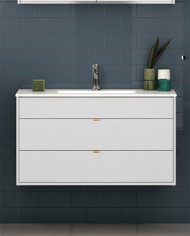 Badrumsskåp från Graphic med heltäckande tvättställ i porslin.
