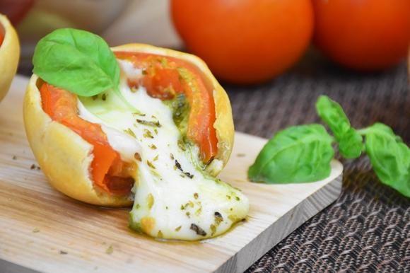 I pomodori in crosta sono un'idea originale, sfiziosa e con un gusto ed un profumo irresistibili. Ecco come prepararli