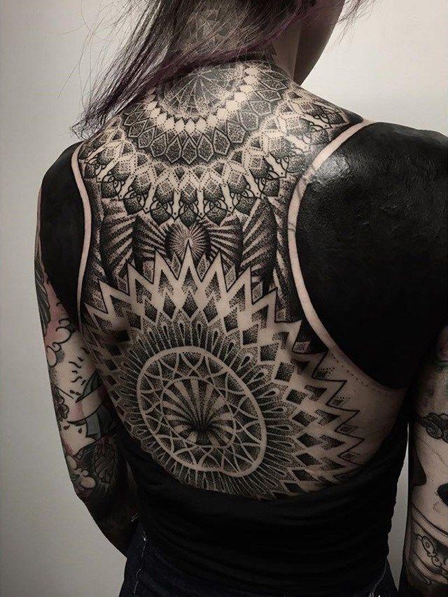 A tatuagem blackout é uma opção para quem se arrependeu de um desenho, mas não quer usar laser para apagar.