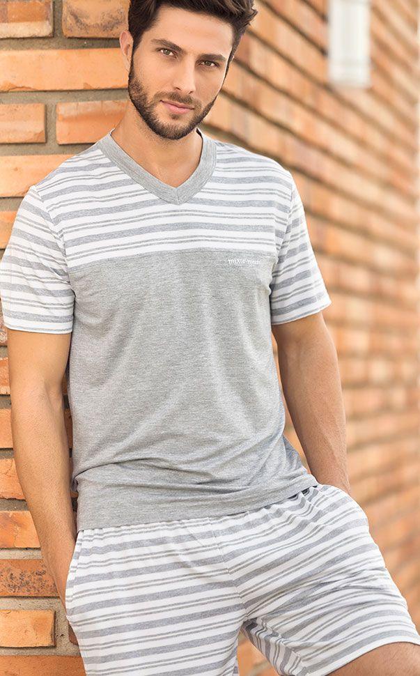 Conjunto de Modal com fio LYCRA® composto por blusa listrada totalmente realizada com encontro de listras, fazendo par com bermuda com braguilha e bolsos.