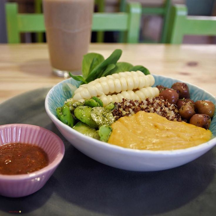 Happy Thursday!  How is your week going so far? Here's an amazing veggie bowl that I had at @cafevidalapaz when I visited La Paz last August. This place is amazing they only use organic natural and fresh products. This is an Inca bowl with quinoa corn black potatoes and peanut sauce I also had a super yummy and nutritious smoothie. Speaking of healthy and organic who is going to Sara's workshop next week (Tuesday 24th at 6.30pm)? I'm definitely going I loved the first one  Have a look at…