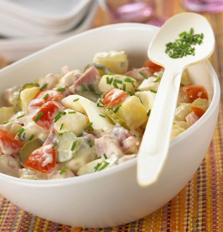 Recette de Salade piémontaise . Il vous faut : pommes de terre à chair ferme, épaisses de jambon, tomates, Cornichons, œufs, gros bouquet de ciboulette, sel, Pour la sauce :, mayonnaise, bombée de moutarde forte