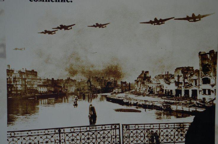 Königsberg i. Pr. - 189 Avro Lancaster der Royal Air Force bombardieren in der Nacht 29./30.08.1944 die Innenstadt von Königsberg (Foto von der Ausstellung im Fort Nr. 5, Kaliningrad zeigt historisch unkorrekt den zweimotorigen Bomber Avro Manchester beim Tagesangriff)