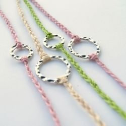 10-minute tutorial for making simple braided bracelet with a focal piece.Happy Hour, Braided Bracelets, Minute Bracelets, Diybracelets, Braids Bracelets, Diy Bracelets, 10 Minute, Friendship Bracelets, The Minute