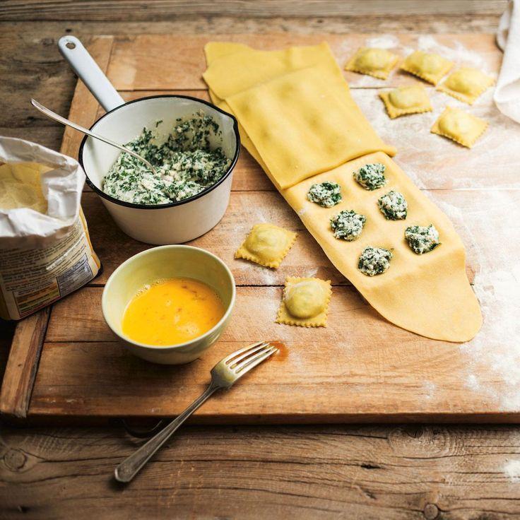 On peut facilement confectionner des raviolis sans machine avec un rouleau à pâte (sans poignée). Si on souhaite faire des raviolis dentelés, on se procure un moule ou une roulette à pâtes.