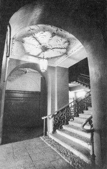 Лестница дома 16 по Дворцовой набережной.