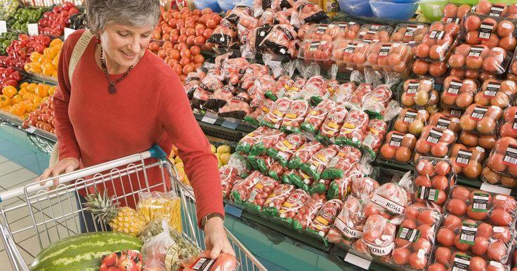 Lista de artículos comestibles básicos. Un problema común para los compradores de comestibles es llegar a la tienda y abrumarse con las elecciones. A veces cuando pretendes gastar US$100.00, te vas de la tienda con artículos por US$200 y te das cuenta que no tienes nada relevante. Hay algunos artículos comestibles básicos que harán las compras más fáciles. Cuando dejes la tienda, sabrás ...