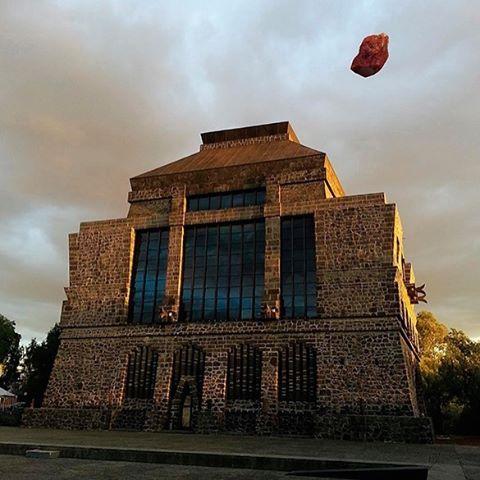 지금 멕시코 시티에서는 라틴 아메리카 최고의 현대 미술 페어인 '조나 마코(Zona Maco)'가 열리고 있습니다. 페어는 오늘 폐막하지만 블록버스터급 전시가 도시 곳곳에서 열리는 중! 프리다 칼로의 남편이자 전설적인 아티스트 디에고 리비에라가 용암석으로 쌓아올려 만든 '아나우아칼리(Anahuacalli)' 미술관에서는 멕시코 작가 보스코 소디의 전시가 한창입니다. 디에고 리베라의 미완성으로 남은 뮤럴 스케치와 붉은 피그먼트를 사용한 보스코 소디의 거대한 작품들이 멕시코 아트의 강렬함에 전율케 합니다. 멕시코 아트에 관한 이야기는 4월 <바자 아트>에서 확인할 수 있습니다. 기대해주세요! #멕시코시티 #멕시코 #아트 #페어 #조나마코 #디에고리비에라 #아나우아칼리 #보스코소디 #미술 #바자 #일상 #전시 #하퍼스바자 #bazaar #art #harpersbazaar #mexico #mexicocity #art #artfair #exhibition #zonamaco  via…