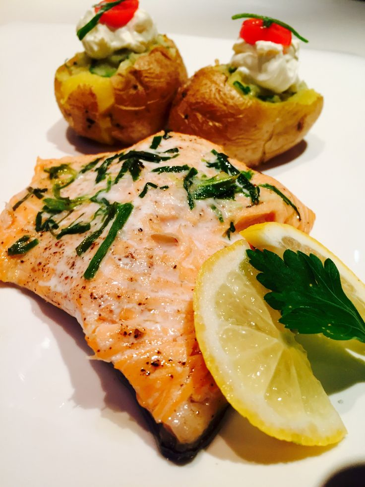 Filetto di salmone al forno con patate  in camicia