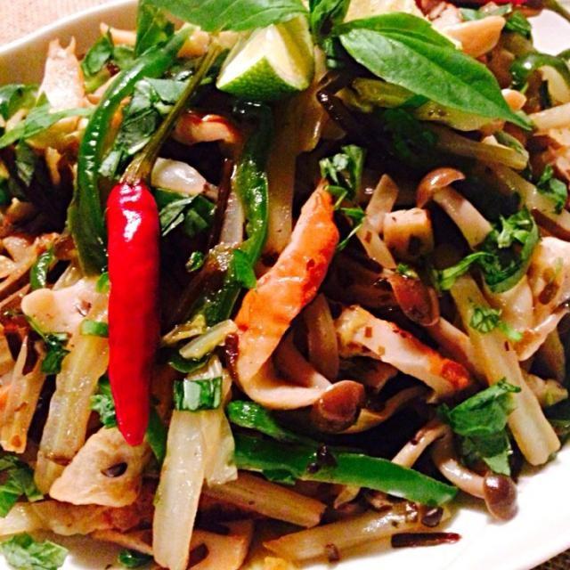在る物炒めの副菜晩御飯 メインは、アジアンテイストに下味つけた高知産鯖竜田揚げにスイートチリソースとサワークリームを混ぜた物をつけて頂きます。 - 217件のもぐもぐ - 白菜茎と竹輪の塩昆布ナムプラー炒めバジル風味 by kim555
