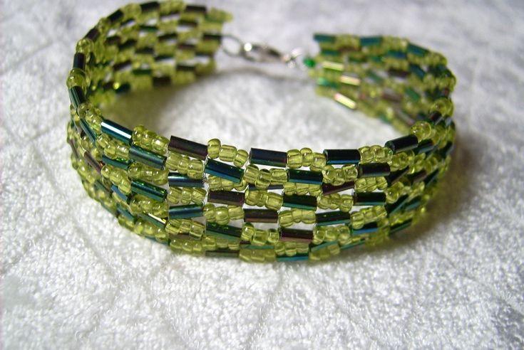 K - 660. Zöld színű, szalma gyöngyös karkötő. Ára: 490.-Ft.