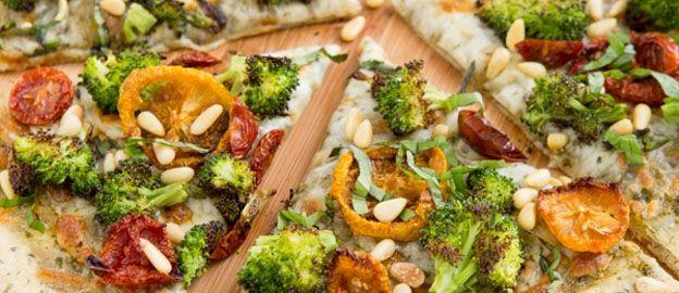 Maak in plaats van een vette hap eens een gezonde pizza. Met deze variant krijg je gelijk je dagelijkse dosis groente binnen en een stuk minder vet. ♥ Foodness - good food, top products, great health