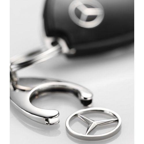 Llavero original de Mercedes-Benz, con la estrella extraíble para poderla utilizar como moneda de desbloqueo de los carros de la compra de los supermercados. http://recambiosparaelcoche.com/products/llavero-original-mercedes-benz/