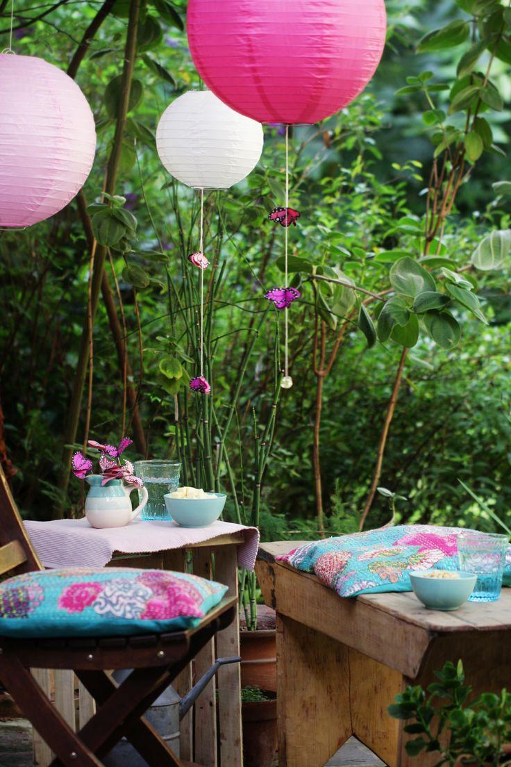 Czas na garden party! Przepis jest prosty: papierowe lampiony i kolorowe poduchy. #garden #paperlanterns #fun #DIY #OBI #creative #gardendecor #flora