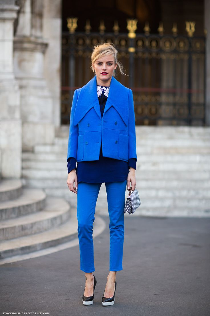 Tone on tone look: Blue Fashion, Blue Outfits, Blue Suits, Street Style, Cobalt Blue, Fashion Inspiration, Blue Coats, Caroline Mode, Blue Jackets