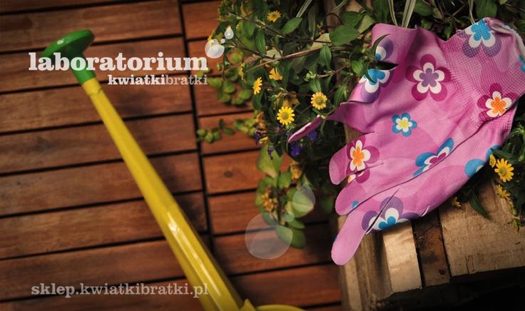 Kolorowe rękawiczki w kwiaty i wzory chronią dłonie podczas prostych prac ogrodowych.    https://sklep.kwiatkibratki.pl/shop-2/linia-w-kwiaty/rekawiczki-w-kwiaty-i-wzory/