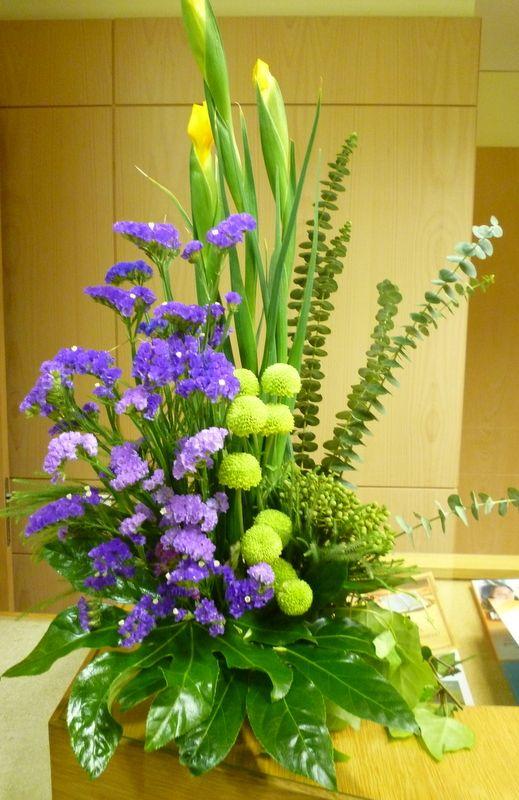 Arranjo de mesa realizado com flores naturais.