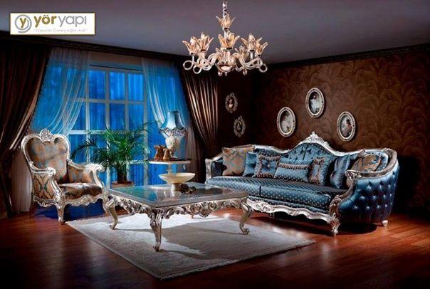 Klasik dekorasyonlarda mobilyalarda koyu ve ağırbaşlı renkler tercih edilirken, parlak dokunuşlarla gösterişli bir estetik sağlayan esas unsur aksesuarlardır. Klasik tarzı bir adım öteye taşıyan avangart dekorasyonlar ise, ana mobilyalarda parlak ve göz alıcı etkiyi verebiliyor. Ayrıca canlı ve cesur renkler, açık tonlar dekorasyona hakim olabilir. Bu salonda da kapitone dikişli sırtları ile klasik oturma grubu tasarımları parlak renkli kumaşlarla canlandırılmıştır. #dekorasyon…
