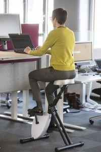 """Am Schreibtisch arbeiten und gleichzeitig in die Pedale treten. Das """"Deskbike"""" ist eine Möglichkeit, mehr Bewegung in den Berufsalltag zu bringen. (Bild: Deutsche Telelkom AG, Thomas Ollendorf)"""