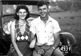 """19-Apr-2014 20:09 - PAAR STERFT NA 70 JAAR DAG NA ELKAAR. """"We wisten dat als de één zou sterven, de ander niet lang zou achterblijven. We hoopten dat ze samen zouden gaan en dat hebben ze gedaan."""" Dat zegt dochter Linda over haar ouders Kenneth en Helen Felumlee uit Ohio in de VS. Ze waren 70 jaar getrouwd. Moeder (92) stierf vorige week zaterdagochtend, vader (91) overleed een dag later. Hun gezondheid was de laatste jaren al sterk verslechterd. Maar volgens de kinderen hielden ze..."""