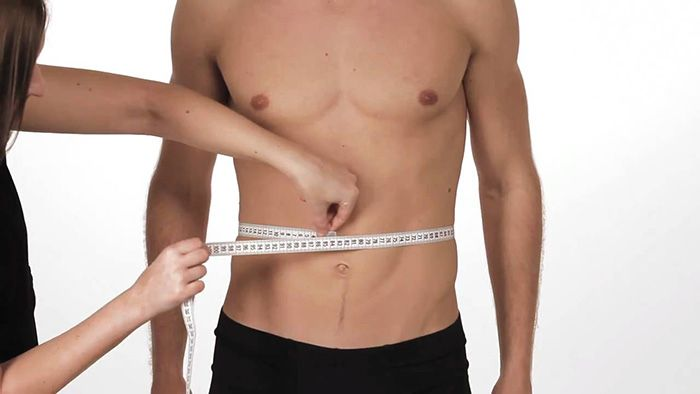 Qual è la misura del girovita maschile ideale? Sapevi che oltre i 102 cm aumenta del 50% il rischio di infarti. Ecco come misurare e ridurre il girovita.