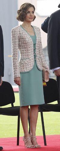 El segundo 'look' que lució doña Letizia fue durante la Ceremonia Floral ante el Monumento a los Niños Héroes y en la Ceremonia oficial de bienvenida en Campo Marte. Vestido verde agua a la altura de la rodilla. Lo ha combinado con una chaqueta de 'tweed', estilo Chanel, en tonos blancos y rosas ribeteado en el mismo color del vestido. Como accesorios, apostó por una cartera y unas sandalias 'nude' de tiras cruzadas y puntera descubierta, de Magrit, ambos a juego con la chaqueta. June 29…