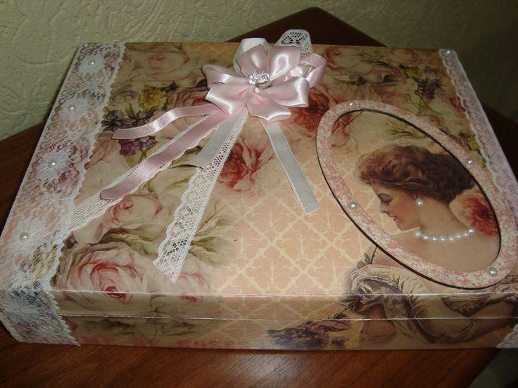 caixa femenina porta joia elaborado com decopagem , renda , flores , perolas e apliques com madeira