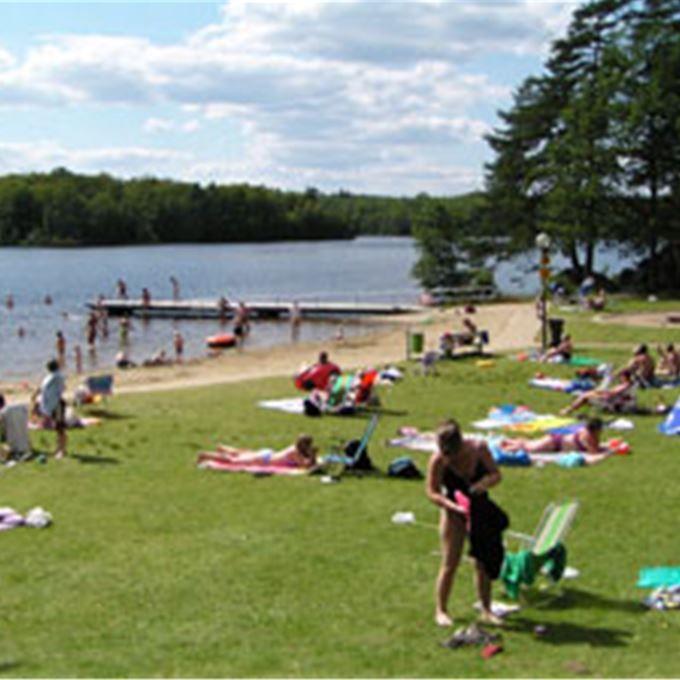 Badplats   Halen är Blekinges största sjö! Alla badplatser som Olofströms Kommun ansvarar för har livbojor för livräddning på plats.   Kommunal badplats.  Brygga och hopptorn på 1, 2 och 3 meter. Badplatsen är handikappanpassad.