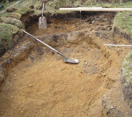 Котлован для пруда При создании пруда вначале роется котлован. В том случае, если вы предполагаете высаживать растения непосредственно в воде, следует обеспечить для них по краям будущего водоема уступы-полочки с небольшой глубиной – не более 10-15 см.